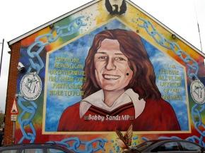 Bobby Sands, la lapide e la statuetta di PadrePio