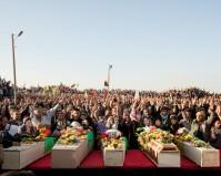 Siria, Distretto di Ras al-Ayn (in curdo: Serekaniye), novembre 2012 - Cimitero dei Martiri di Berkefer - I parenti delle vittime dei combattimenti in Ras al-Ayn piangono i loro morti: Kaled Omar Hamou e Sala Ayo, membri della Asayish (agenzia curda di intelligence), Sipan Sino e Ahmed Kawas, dello YPG, e Abdid Xelil, leader del consiglio popolare di Ras al-Ayn, uccisi dalla katiba di Jabhat al-Nusra. Kaled Omar Hamou e Sala Ayo, appartenenti alla polizia curda, sono stati rapiti e uccisi all'inizio dei combattimenti tra YPG e Jabhat al-Nusra – foto Lorenzo Meloni